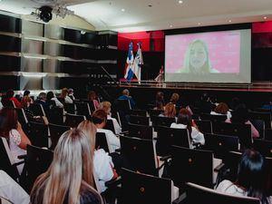 La doctora Jane Méndez en su ponencia por streaming.