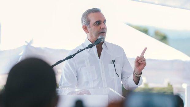 Luis Abinader, aseguró este lunes que el puerto de Barahona, dedicado al transporte de minerales, se dedicará también a recibir cruceros de turistas.