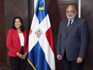 Ministro de Educación juramenta nueva directora de ARS SEMMA.