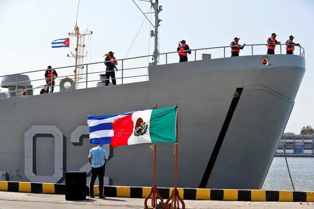 Un barco con ayuda humanitaria enviado por México es recibido hoy en La Habana, Cuba.