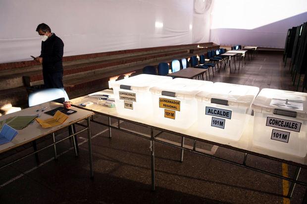 Urnas de votación en el Colegio Providencia, uno de los centros habilitados durante los días 15 y 16 de mayo para los comicios en los que los chilenos elegirán representantes municipales, gobernadores regionales y constituyentes para la redacción de la nueva Carta Magna.