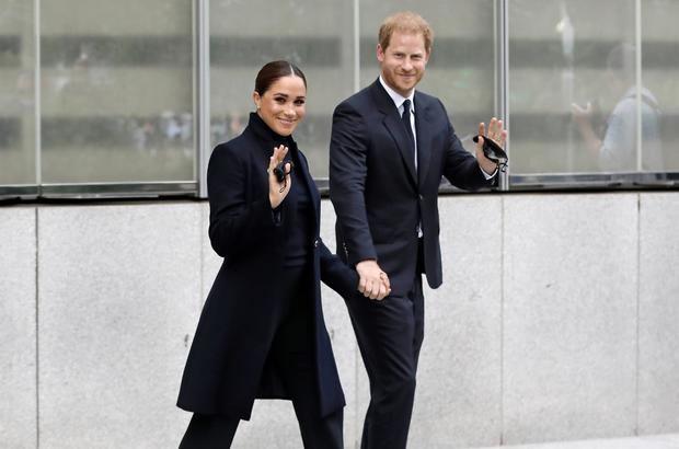 El príncipe Harry (d) y su esposa, Meghan Markle, caminan en Nueva York, el 23 de septiembre de 2021.