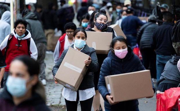 Millones en EE.UU. abocados a la caridad para llenar su despensa en la pandemia
