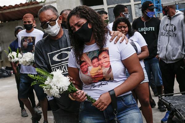 Personas asisten hoy al entierro de las víctimas del operativo policial ocurrido en la favela de Jacarezinho en
