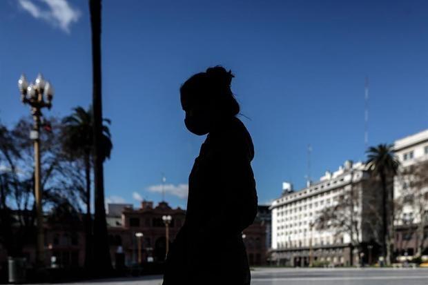 Una persona camina este jueves frente a la Casa Rosada, en Buenos Aires (Argentina), tras el anuncio de la extensión de la cuarentena obligatoria debido a la pandemia de COVID-19.