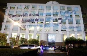Fotografía cedida hoy miércoles por Jorge Villalpando Castro de Aids Healthcare Foundation (AHF) México, de una leyenda de protesta en el edificio de la farmaceútica Pfizer en Ciudad de México.
