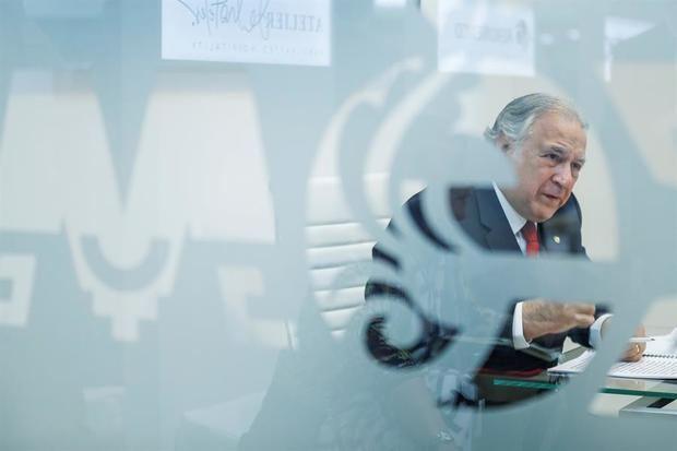 El ministro de Turismo de México, Miguel Torruco, conversa durante una entrevista mantenida con EFE durante la Feria Internacional de Turismo de Madrid (FITUR).