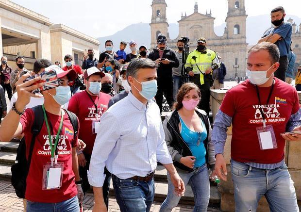 El líder opositor venezolano Leopoldo López llega a votar en la consulta popular promovida por el presidente del Parlamento de Venezuela y líder opositor, Juan Guaidó, este sábado, en la Plaza de Bolívar en Bogotá, Colombia.