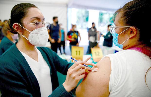 Fotografía de archivo tomada el pasado 19 de septiembre en la que se registró a una mujer al ser vacunada contra la covid -19, en Ciudad de México, México.