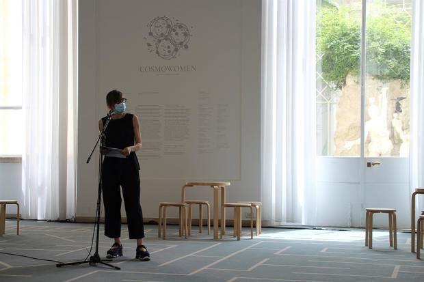 La directora de la exposición 'Cosmowomen. Places as constellations', Cristiana Collu, durante la inauguración de la muestra, comisariada por la arquitecta española Izaskun Chinchilla Moreno.