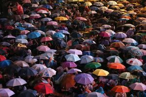 El movimiento prodemocrático liderado por estudiantes de Tailandia convocó una nueva protesta este sábado después de que la policía dispersara a miles de manifestantes con cañones de agua la víspera en una concentración en el centro de Bangkok.