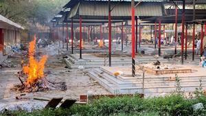 Decenas de piras funerarias arden sin descanso en Nueva Delhi ante los numerosos fallecimientos de enfermos de covid-19.