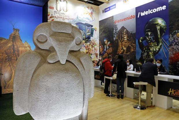 Visitantes recorren hoy la Vitrina Turística de Anato en Bogotá, Colombia.
