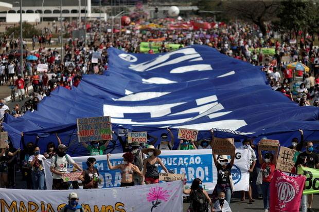 Brasil se levanta contra Bolsonaro con marchas en todo el país pese a covid.