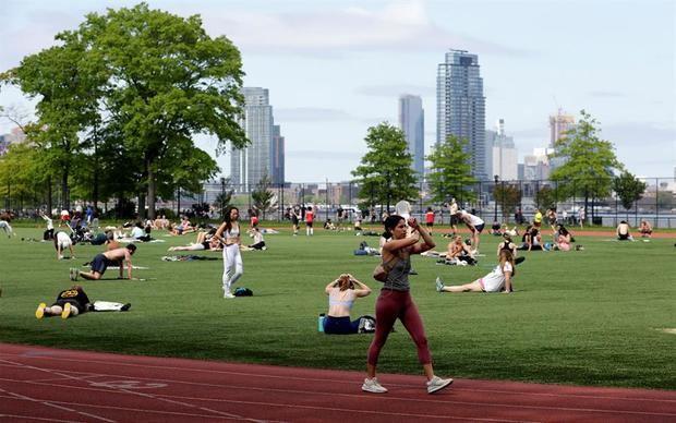 Se ve a las personas ejercitándose y relajándose en el parque East River en el Día de los Caídos en Nueva York, Nueva York, EE. UU.