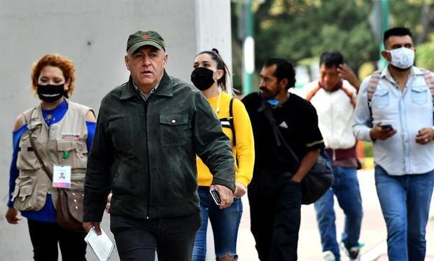 Un alto número de habitantes transitan por las calles sin uso de cubreboca o mal colocado a pesar del alto índice de contagios, en Ciudad de México, México.