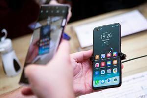 En la imagen, clientes ensayando nuevos 'smartphones' de la marca Huawei.