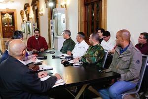Fotografía cedida por prensa de Miraflores donde se observa al presidente venezolano Nicolás Maduro sostener una reunión con miembros de su gabinete este viernes, en Caracas .