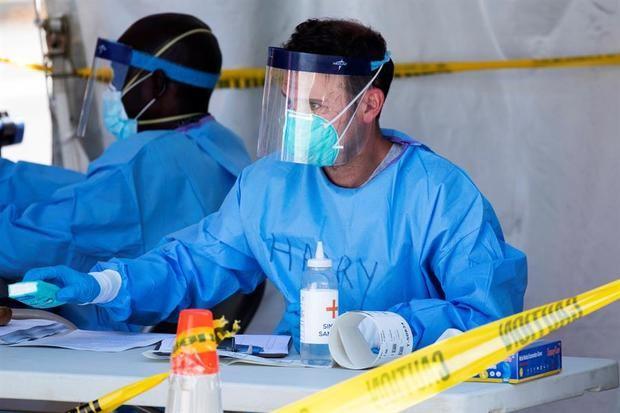 Voluntarios del Cuerpo de Reserva Médica, enfermeras y funcionarios del Departamento de Salud del Distrito de Columbia operan un sitio de pruebas de COVID-19 en Washington, EE.UU.