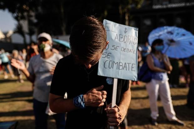 Miles de personas esperan a las afueras del Congreso de la Nación la votación en el Senado por la legalización del aborto, hoy en Buenos Aires, Argentina.