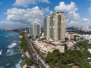 Vista general del Malecón Center y del hotel Catalonia en la avenida del malecón en Santo Domingo, República Dominicana.