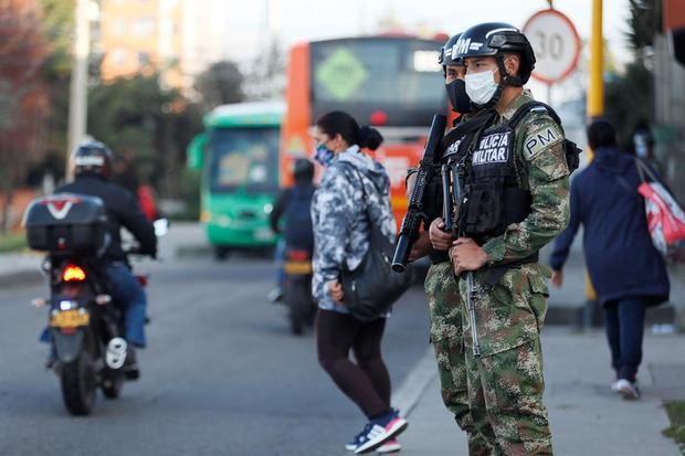 En día récord de 17.576 contagios, Colombia supera los 45.000 muertos de Covid-19