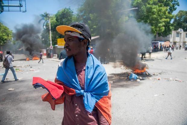Manifestantes que denuncian el clima de inseguridad que se vive en el país.