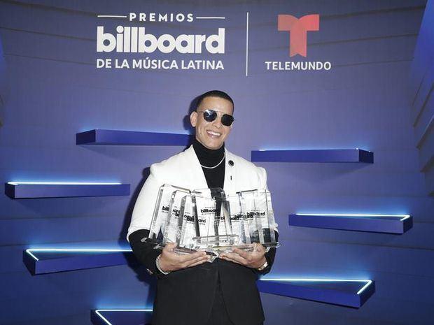 Fotografía cedida hoy por Telemundo donde aparece el cantante puertorriqueño Daddy Yankee mientras posa con sus siete Premios Billboard, durante los Premios Billboard de la Música Latina en el BB&T Center, situado en Sunrise, ciudad del condado Broward y cercana a Miami, Florida, EE.UU.
