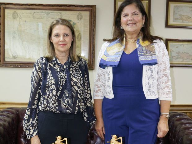 Sra. Clara Reid de Frankenberg junto a Sra. Sonia Villanueva de Brower.