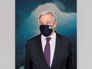 Fotografía cedida por la ONU donde aparece su secretario general, António Guterres, durante la inauguración de la exposición 'El mundo que queremos' hoy, en la sede del organismo en Nueva York, EE.UU.