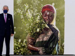 Fotografía cedida por la ONU donde aparece el presidente del septuagésimo quinto período de sesiones de la Asamblea General, Volkan Bozkir, posando junto a una fotografía de Nurdin Musa, Nigeria.