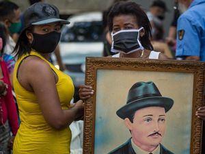 Dos mujeres asisten a la exhumación de los restos de José Gregorio Hernández hoy, en las inmediaciones de la iglesia de Nuestra Señora de La Candelaria, en Caracas, Venezuela.