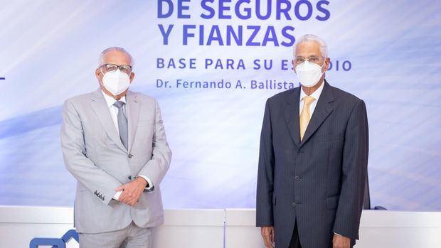 El ingeniero Ernesto M. Izquierdo, presidente de Seguros Universal y el doctor Fernando A. Ballista Díaz, ex presidente de la Cámara Dominicana de Aseguradores y Reaseguradores (CADOAR).