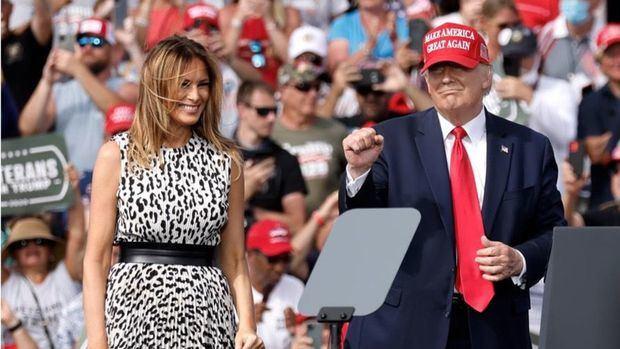 El presidente de los Estados Unidos, Donald J. Trump (d), hace un gesto con su esposa, la Primera Dama Melania Trump, en un mitin en el estadio Raymond James en Tampa, Florida, EE. UU., 29 de octubre de 2020.