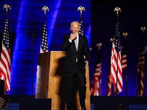 El presidente electo de Estados Unidos, Joe Biden (d), saluda en el escenario durante un evento de celebración fuera del Chase Center en Wilmington, Delaware, EE.UU.