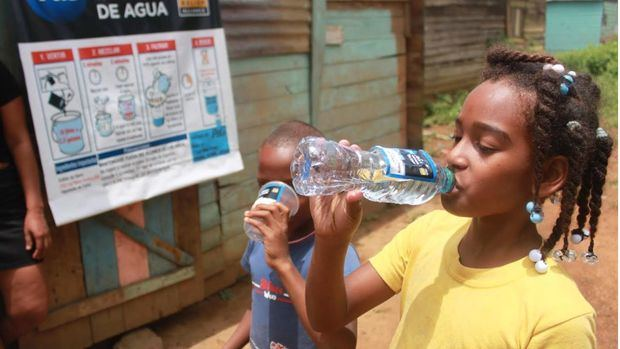 Niños de comunidades rurales beneficiados con el proyecto de entrega de agua potable.