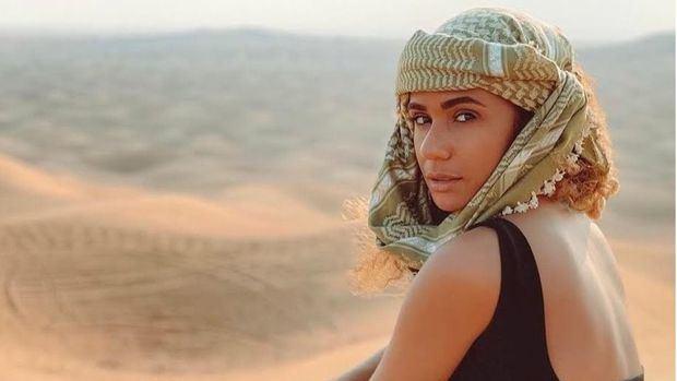 Dubái brilla más nunca con la presencia de una chica morena del caribe tropical, Geniris.