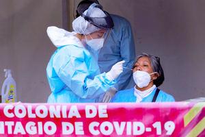 Personal de salud realiza una prueba de covid-19 hoy a una mujer en Ciudad de México, México.