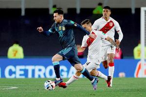 Lionel Messi (i) de Argentina disputa hoy el balón con Gabriel Costa de Perú, durante un partido por las eliminatorias sudamericanas al Mundial de Catar 2022, en el estadio Monumental en Buenos Aires, Argentina.