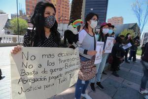 Ambientalistas sostienen carteles durante un acto de protesta en la plaza del Estudiante, en el centro de La Paz, Bolivia.