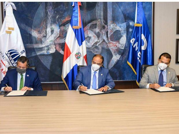 El ministro de Medio Ambiente, Orlando Jorge Mera; el administrador general de Banreservas, Samuel Pereyra, y el subadministrador administrativo del banco, José Manuel Almonte, firmaron un acuerdo para la preservación de la fauna y la flora.