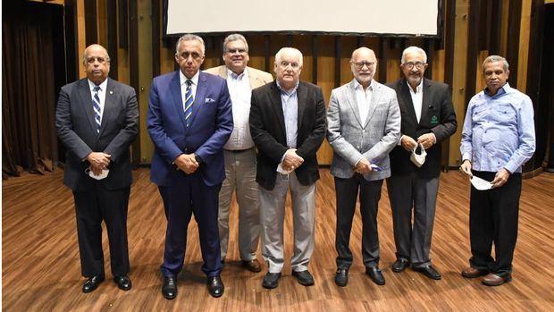Juan Daniel Balcácer, Luis Mejía Oviedo, Gonzalo Mejía A., y el periodista Leo Corporán, junto a otros invitados.