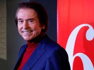 Raphael presentó su esperado disco donde celebra 60 años en los escenarios.