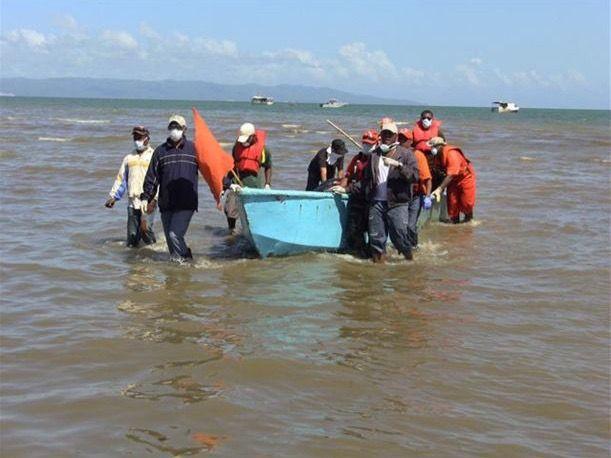 Rescatan a 4 personas y buscan a 6 que naufragaron en viaje a Puerto Rico