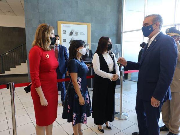 El presidente Luis Abinader saluda a la presidenta de Adoexpo, Elizabeth Mena, su vicepresidenta ejecutiva, Odile Miniño Bogaert y la directora ejecutiva de Prodominicana, Biviana Riveiro Disla.