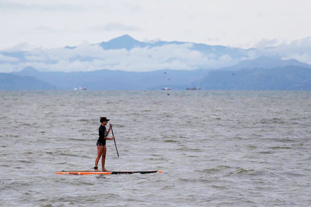 Una persona practica Paddle surf hoy, en la playa de Veracruz, durante el primer día de reapertura en Ciudad de Panamá, Panamá.