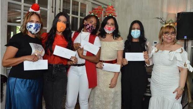 Rommy Grullón entrega premios a Luisa Blanco, Jacmi Minaya, Maritza Morillo, Elizabet Gutiérrez y Lisbel Sánchez.
