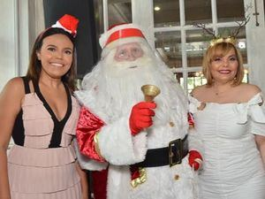 Rommy Pichardo y Rommy Grullón junto a Santa Claus.