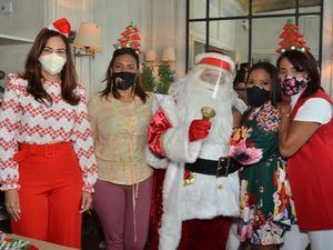 Celeste Perez, Ivelisse Villegas, Santa Claus, Gissel Castro y Maritza Morillo.