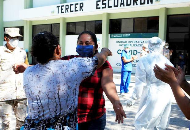 La paciente Adelaida Domínguez (c), de 33 años, abraza a una familiar al salir recuperada de COVID-19 del hospital dentro de la Guarnición Militar del 9no. Regimiento de Caballería Motorizada, en Ciudad Juárez, estado de Chihuahua, México.